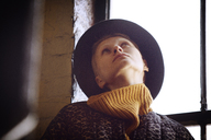 Woman wearing hat looking up - CAVF08422