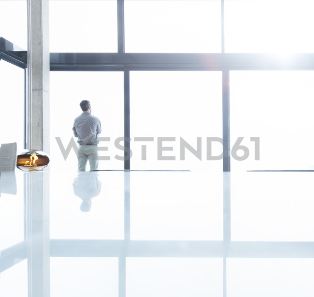 Businessman standing at office window - CAIF17127 - Astronaut Images/Westend61