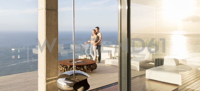 Couple on modern balcony overlooking ocean - CAIF17178 - Astronaut Images/Westend61