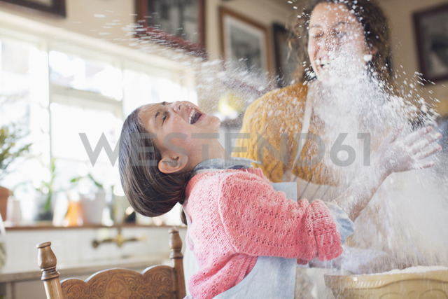 Mother and daughter playing with flour in the kitchen - CAIF17284 - Sam Edwards/Westend61