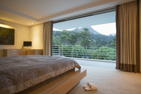 Luxury bedroom with mountain view - CAIF17838