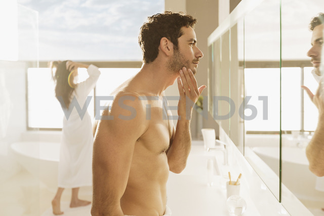 Man checking beard in bathroom mirror - CAIF17892 - Astronaut Images/Westend61