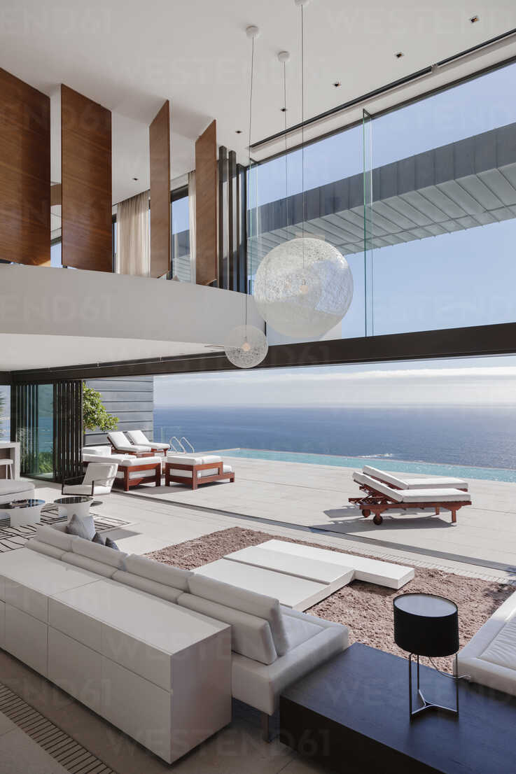 Living room in modern house overlooking ocean - CAIF19042 - Astronaut Images/Westend61