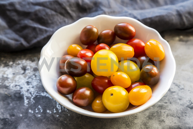 Bowl of mini tomatoes - SARF03612