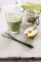 Green smoothie, with apple, spinach, oat flakes and chive - EVGF03315