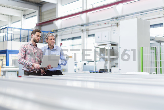 Managers during discussion with laptop in a factory - DIGF03472