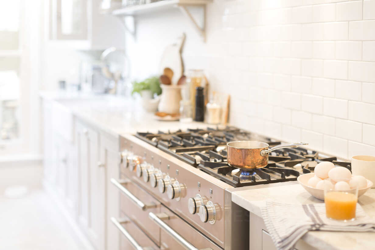 Copper pot on kitchen stove - CAIF20211 - Charlie Dean/Westend61