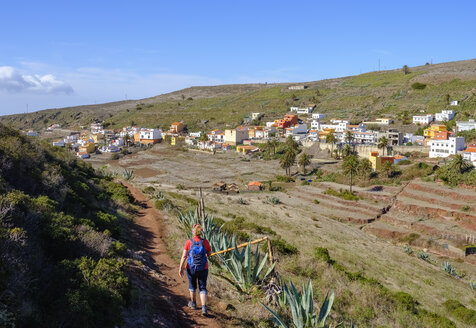 Spain, Canary Islands, La Gomera, Valle Gran Rey, Arure, back view of hiking mature woman - SIEF07755