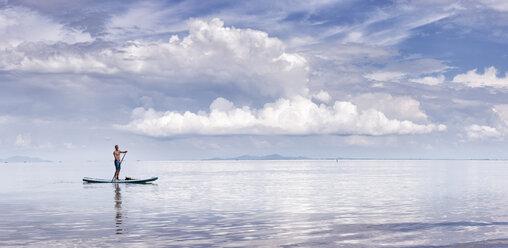 Thailand, Krabi, Lao Liang, man on SUP Board in the ocean - ALRF01015