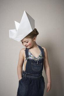 Little girl wearing big paper boat - FSF01010