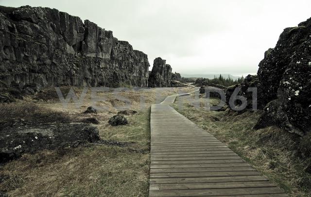 Iceland, Thingvellir National Park, Thingvellir rift zone, wooden walkway - STCF00543