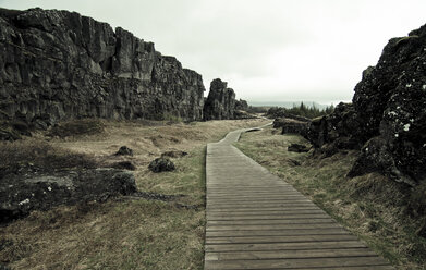 Iceland, Thingvellir National Park, Thingvellir rift zone, wooden walkway - STCF00543