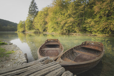Croatia, Plitvice Lakes National Park, rowing boats at jetty - STCF00573