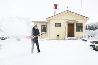 Man shoveling snow in front of house - FOLF00112