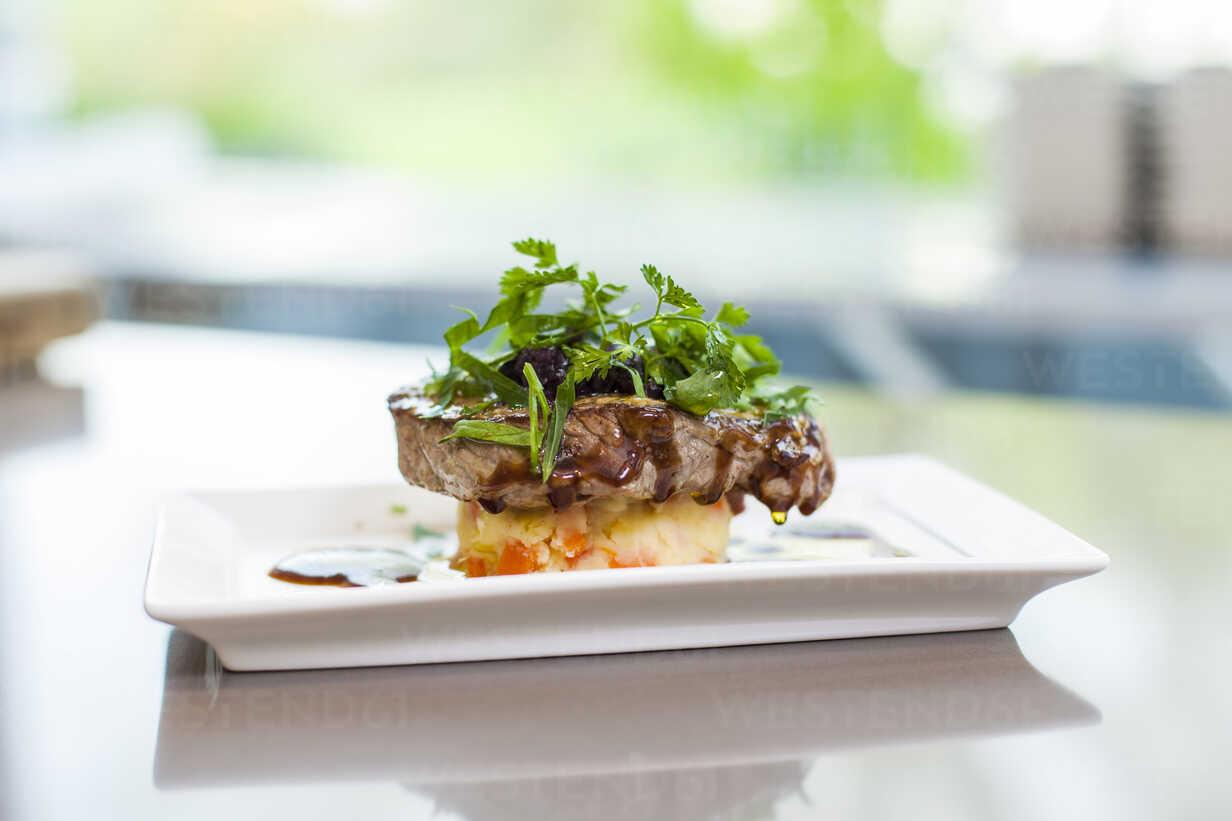 Garnished steak on plate - KVF00132 - Katja Velmans/Westend61