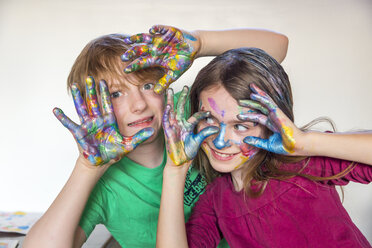 Boy and girl, finger paint on hands - SARF03625