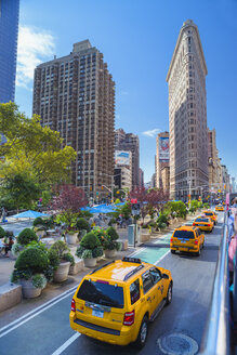 Yellow taxis and Flatiron Building in New York City - FOLF00645