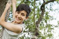 Boy playing on rope - FOLF01137