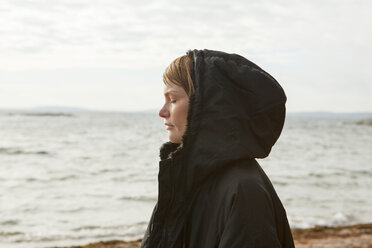Profile of woman at beach - FOLF01354
