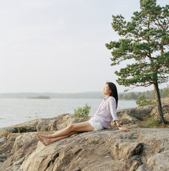 Mid-adult woman relaxing on beach - FOLF01597