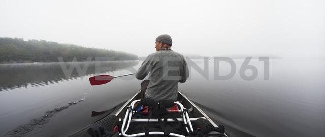 Man rowing on lake - FOLF02377 - Gustaf Emanuelsson/Westend61