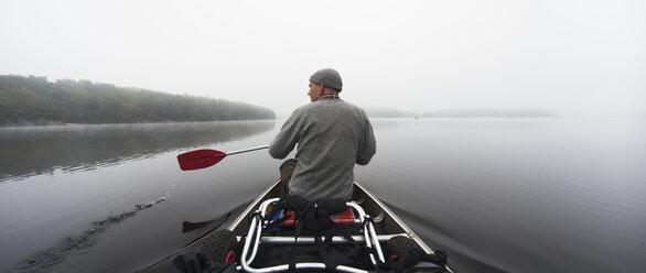 Man rowing on lake - FOLF02377