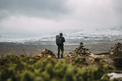 Man hiking in mountains - FOLF02512