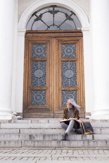 Artist drawing on steps in old town - FOLF03010