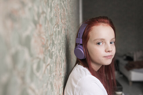 Portrait of young girl in headphones - FOLF03046