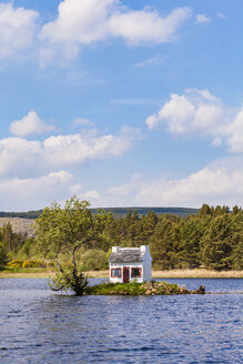 United Kingdom, Schottland, Highlands, Lairg, Loch Shin, small Island with birdhouse - WDF04505