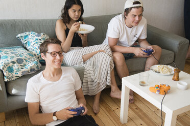 Friends playing video game - FOLF04004