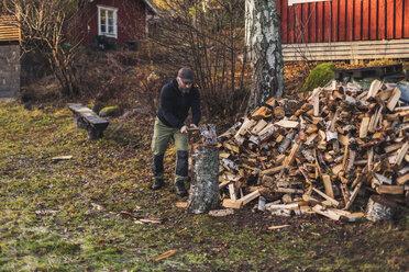 Man splitting fire wood - FOLF04775