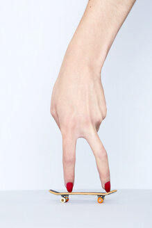 Close-up of woman's hand with fingerboard - SRYF00780