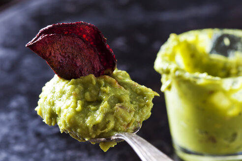 Spoon of Guacamole and betroot chip - CSF29032