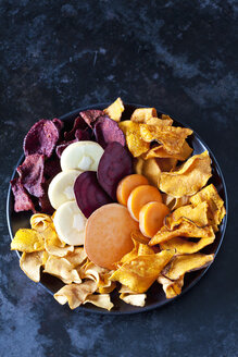 Sliced root vegetables and vegetable chips in bowl - CSF29035