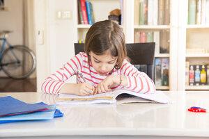 Little girl doing homework - LVF06840
