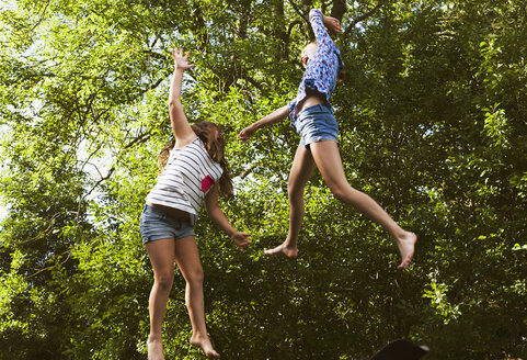 Two girls jumping - FOLF06127