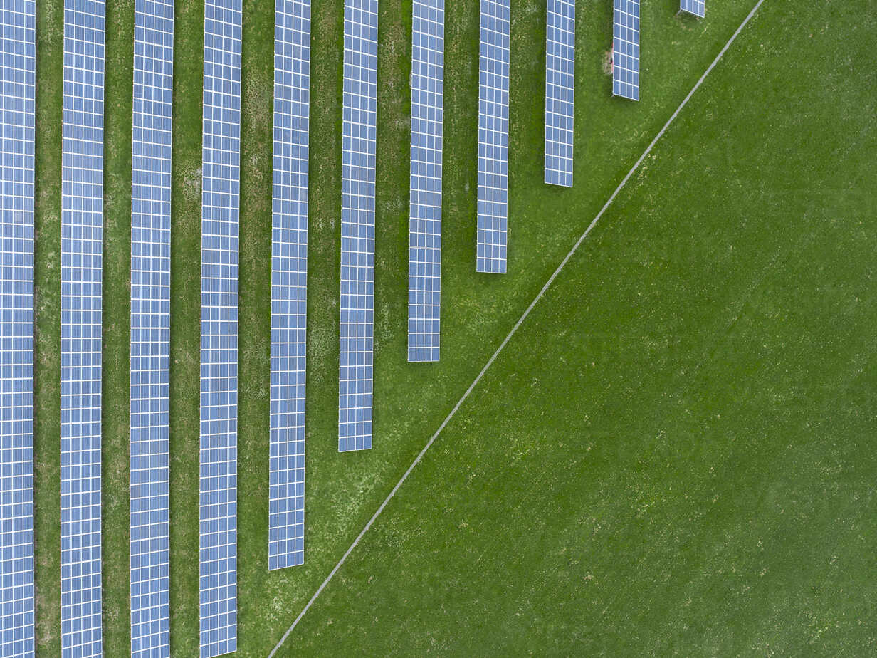 Germany, Bavaria, aerial view of solar panels - MMAF00332 - Michael Malorny/Westend61