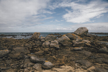 France, Brittany, Landeda, Dunes de Sainte-Marguerite, rocks at the coast - GUSF00582