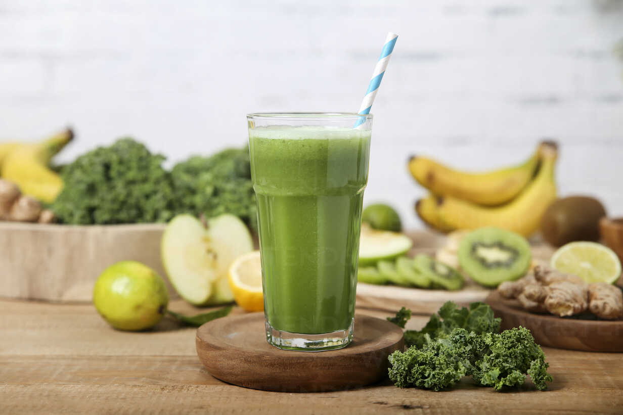 Green smoothie surrounded by ingredients - RTBF01127 - Retales Botijero/Westend61