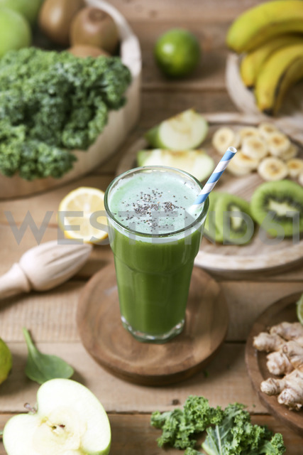 Green smoothie surrounded by ingredients - RTBF01130