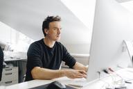Man typing at a computer - FOLF06242