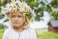 Girl wearing a flower crown - FOLF06350