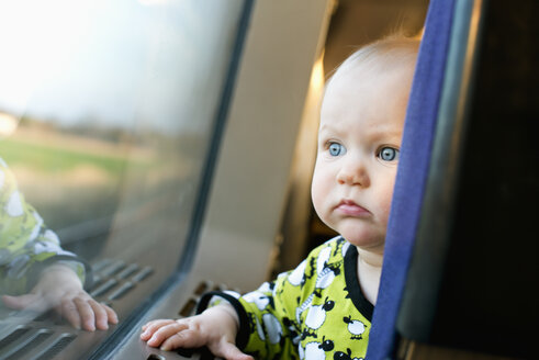 Baby looking out the window of a train - FOLF06503