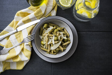 Whole-grain noodles with green pesto and olives - GIOF03875