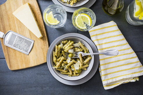 Whole-grain noodles with green pesto and olives - GIOF03878