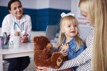 Mother with girl and teddy in medical practice - ABIF00212