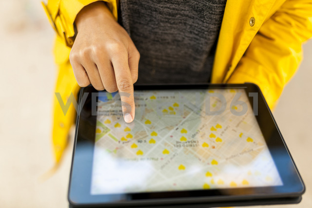 Close-up of woman using tablet with digital street map - VABF01528 - Valentina Barreto/Westend61