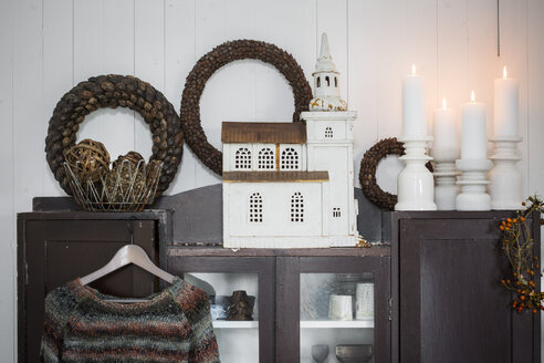 Christmas decorations on cabinet in living room - FOLF07734