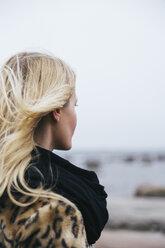 Young woman looking at sea - FOLF08151